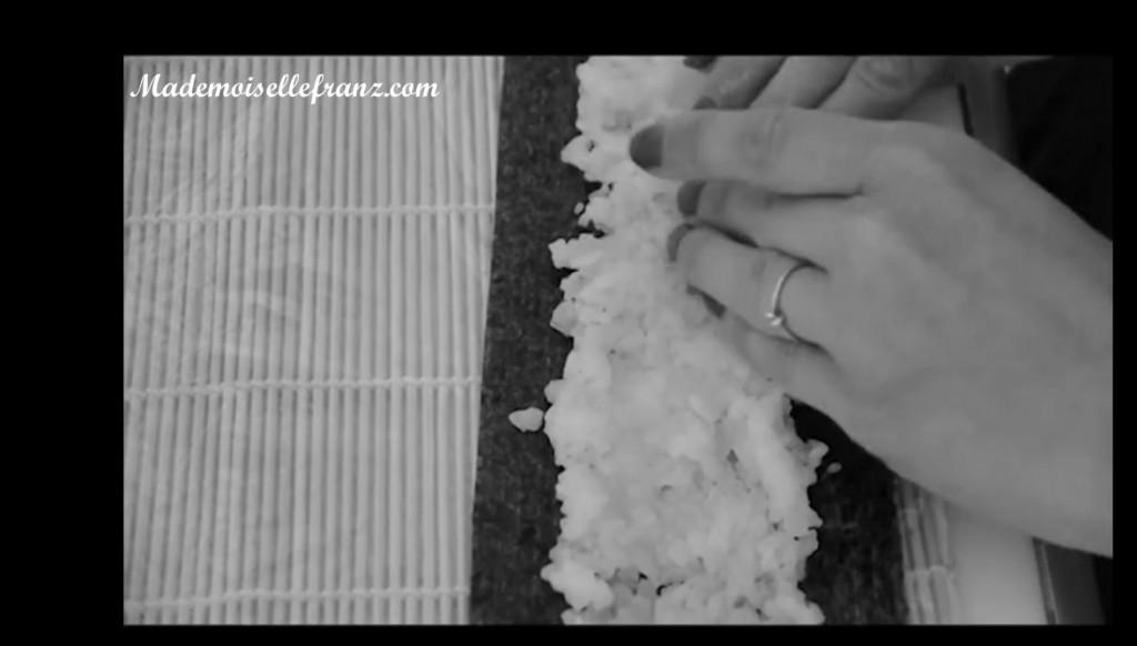 étaler le riz tiède sur la feuille de nori
